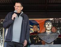 """<p>El actor Leonard Nimoy durante una conversación con los residentes del pueblo Vulcan, Canadá, abr 23 2010. Vulcan, un pequeño pueblo canadiense, ha estado obsesionado con todo lo relativo a """"Star Trek"""" por más tiempo del que la gente pueda recordar, pero sus moradores siempre sintieron que algo, o alguien, faltaba. Hasta el viernes. REUTERS/Todd Korol</p>"""
