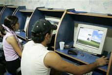 <p>Dei giovani libanesi in un Internet cafe a Beirut. REUTERS Pictures</p>