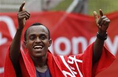 <p>O medalhista de bronze olímpico Tsegaye Kebede, da Etiópia, comemora depois de ganhar a maratona masculina de Londres, 25 de abril de 2010. Kebede negou ao Quênia o que seria a sétima conquista seguida na maratona ao vencer a competição sem maiores problemas, com tempo preliminar de 2h5min18s. REUTERS/Stefan Wermuth</p>