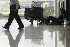 <p>Пассажирка ожидает своего рейса в аэропорту в Гонконге, 20 апреля 2010 года. Ожидание нужного рейса в аэропорту не должно превращаться в мучение - в некоторых аэропортах путешественники могут скоротать время в шикарных барах и ресторанах, в спа-салонах, на приеме у консультанта по мейк-апу и даже в ванных комнатах. REUTERS/Tyrone Siu</p>