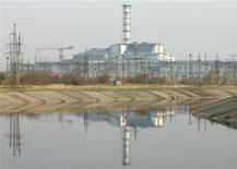 """<p>Общий вид """"саркофага"""", покрывающего четвертый блок Чернобыльской АЭС, 26 апреля 2006 года. 26 апреля 1986 года на Чернобыльской атомной электростанции, расположенной на территории Украины, произошла авария.</p>"""