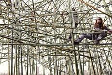 """<p>Un grupo de asistentes ayuda en la construcción de la estructura """"Big Bambu"""", de los hermanos gemelos Mike y Doug Starn ubicada en el techo del Museo de Arte Metropolitano de Nueva York. Los visitantes al Museo de Arte Metropolitano no sólo podrán ver una escultura de bambú colgada del techo, sino que además se les permitirá trepar por la estructura de 15 metros. REUTERS/Doug and Mike Starn/Artists Rights Society - Metropolitan Museum of Art/Handout</p>"""