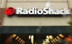 <p>Foto de archivo de una tienda de la minorista de electrónicos estadounidense RadioShack en Cambridge, EEUU, abr 28 2008. La minorista de electrónicos estadounidense RadioShack Corp reportó ganancias trimestrales mayores a las esperadas, por una mejora de las ventas, lo que impulsaba a sus acciones un 2,6 por ciento. REUTERS/Brian Snyder</p>