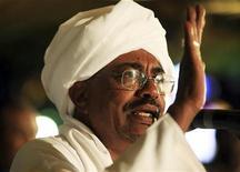 <p>Президент Судана Омар Хассан аль-Башир приветствует своих избирателей в Хартуме 26 апреля 2010 года. Президент Судана Омар Хассан аль-Башир выиграл первые открытые выборы в стране за 24 года, оставшись в кресле главы государства, несмотря на присутствие в списке разыскиваемых Международным уголовным судом за военные преступления. REUTERS/Mohamed Nureldin</p>