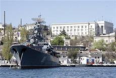 <p>Российский корабль в порту Севастополя 27 апреля 2010 года. Верховная Рада Украины во вторник, несмотря на противодействие оппозиции, ратифицировала подписанное на прошлой неделе президентами Украины и России соглашение о продлении на 25 лет с 2017 года срока аренды российским Черноморским флотом базы в Севастополе. REUTERS/Stringer</p>