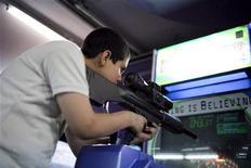 <p>Un ragazzo gioca a un videogame di guerra a Caracas REUTERS/Carlos Garcia Rawlins</p>