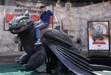 """<p>Foto de archivo del actor Jay Baruchel sobre un dragón mecánico durante el estreno del filme """"How to Train Your Dragon"""" en Los Angeles, mar 21 2010. DreamWorks Animation SKG Inc reportó el martes una baja de sus ganancias trimestrales, pero superó las expectativas de Wall Street. REUTERS/Phil McCarten</p>"""