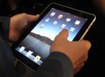 <p>La tablette numérique iPad d'Apple, attendue fin mai en Europe, ne sera pas commercialisée dans les boutiques des opérateurs mobiles, mais seulement sur internet, dans certains magasins Fnac et Darty et des Apple Store, selon Les Echos. /Photo prise le 27 janvier 2010/REUTERS/Kimberly White</p>