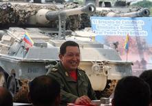 """<p>El mandatario de Venezuela, Hugo Chávez, durante la grabación de su programa semanal """"Aló Presidente"""" en el estado de Apure, abr 25 2010. Acostumbrado a dar frecuentes y maratónicos discursos, el presidente de Venezuela, Hugo Chávez, tendrá que hacer un espacio para encapsular su mensaje socalista en los 140 caracteres que le permitirá su nueva cuenta de Twitter: @chavezcandanga. REUTERS/Miraflores Palace/Handout</p>"""