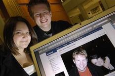 <p>Due studenti mostrano una loro foto su Facebook FACEBOOK-RELATIONSHIPS/ REUTERS/Jonathan Ernst</p>