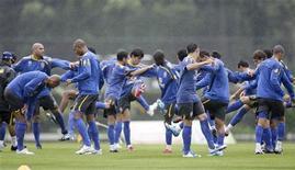 <p>Сборная Бразилии на тренировке в пригороде Рио-де-Жанейро 8 октября 2009 года. Сборная Бразилии по футболу возглавила рейтинг сильнейших команд мира по версии ФИФА, сборная России поднялась на одну строчку и сейчас занимает 11 место. REUTERS/Bruno Domingos</p>