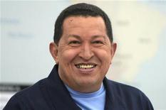 <p>Президент Венесуэлы Уго Чавес посещает совещание своего кабинета в Каракасе 27 апреля 2010 года. Президент Венесуэлы Уго Чавес завел личную страницу в популярной сети Twitter, чтобы бороться в виртуальной среде с оппонентами, которые облюбовали площадку микроблогов, используя её в качестве политической трибуны. REUTERS/Miraflores Palace/Handout</p>
