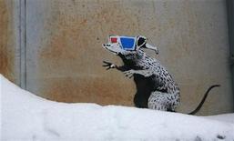 <p>Imagen de archivo de una de las obras del artista británico Banksy, durante el Festival de Cine Sundance. Ene 22 2010. Un consejo australiano está lamentando la decisión de enviar a un equipo de limpieza callejera a un pasaje de Melbourne, luego de que pintaron un invaluable estarcido de una rata hecha por el famoso artista británico del grafiti Banksy. REUTERS/Robert Galbraith/ARCHIVO</p>