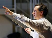 <p>Il direttore Fabio Luisi a teatro durante la prova di un'opera. REUTERS/ Herwig Prammer</p>