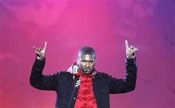 <p>Imagen de archivo del cantante estadounidense Usher, en una presentación de los Juegos Olímpicos de Invierno Vancuver 2010. Feb 27 2010. La estrella estadounidense del R & B Usher lidera la carrera por el primer lugar en la lista británica de álbumes esta semana, según Official Charts Company, que recopila datos de ventas. REUTERS/Stefan Wermuth/ARCHIVO</p>