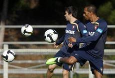 <p>Brasileiros naturalizados portugueses Deco e Liedson durante treino da seleção de Portugal em novemebro de 2009. REUTERS/José Manuel Ribeiro</p>