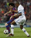 <p>Lionel Messi del Barcellona contrastato dall'interista Samuel Eto'o. REUTERS/Albert Gea</p>