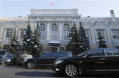 <p>Здание Центрального банка РФ в Москве, 8 февраля 2010 года. Центральный банк РФ в четверг принял решение понизить с 30 апреля 2010 года ключевые процентные ставки на 25 базисных пунктов, говорится в сообщении регулятора. REUTERS/Denis Sinyakov</p>
