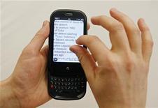 <p>Le Palm Pre. Le rachat de Palm par Hewlett-Packard pour 1,2 milliard de dollars permet au groupe informatique de prendre pied sur un marché des smartphones devenu incontournable, mais il devra investir des sommes importantes pour faire de cette opération un succès. /Photo d'archives/REUTERS/Lucas Jackson</p>