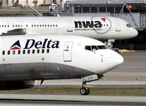 <p>Самолет компании Delta Air Lines взлетает в аэропорту Миннеаполиса, штат Миннесота, 30 октября 2008 года. Виновник вынужденной посадки самолета компании Delta Air Lines, который во вторник следовал из Парижа в Атланту, оказался бывшим военнослужащим ВВС США, сообщили в министерстве юстиции. REUTERS/Eric Miller</p>