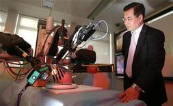 <p>Глава Medical Imaging профессор Гуан-Чжун Ян следит за демонстрационной операцией на сердце, выполняемой роботом, в Лондоне 24 октября 2008 года. Врачи одной британской больницы в среду провели первую операцию по устранению нарушений сердечного ритма при помощи дистанционно управляемого робота. REUTERS/Luke MacGregor</p>