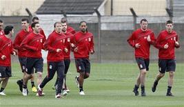"""<p>Игроки """"Ливерпуля"""" на тренировке в комплексе Melwood в Ливерпуле 28 апреля 2010 года. В четверг 29 апреля """"Ливерпуль"""" сыграет с """"Атлетико"""" в рамках Лиги Европы. REUTERS/Phil Noble</p>"""