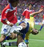 <p>Dunga entra de carrinho no atacante chileno Ivan Zamorano em partida da Copa de 1998 na França. Foto de arquivo. REUTERS/Arquivo</p>