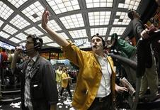 <p>Trader Patrick Totman (C) works in the Euro Dollar pit at the Chicago Mercantile Exchange April 28, 2010. REUTERS/John Gress</p>