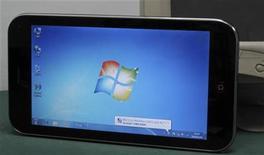 <p>Una riproduzione dell'iPad che gira con Windows di Microsoft, in un negozio di informatica nella città cinese di Shenzhen. REUTERS/Bobby Yip</p>
