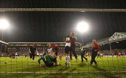 """<p>Игроки """"Фулхэма"""" радуются победе над """"Гамбургом"""" в полуфинале Лиги Европы в Лондоне 29 апреля 2010 года. Английский """"Фулхэм"""" обыграл немецкий """"Гамбург"""" 2- 1 и теперь сыграет в финале Лиги Европы с испанским """"Атлетико"""", одолевшим """"Ливерпуль"""" благодаря забитому на чужом поле голу. REUTERS/Eddie Keogh</p>"""