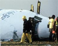 <p>Спасатели на месте крушения самолета авиакомпании Pan American к востоку от Локерби, Шотландия 23 декабря 1988 года. 30 апреля 2003 года Ливия взяла на себя ответственность за авиакатастрофу над Локерби в 1988 году, в результате которой погибли 259 пассажиров и членов экипажа взорванного самолета авиакомпании Pan American и 11 человек, находившихся на земле. REUTERS/Greg Bos/Files</p>
