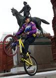 <p>Велосипедист у памятника маршалу Жукову в Москве 25 марта 2000 года. Велопрогулки в Москве стали одним из самых распространенных видов активного отдыха, хотя в столице очень мало специализированных дорожек для велосипедов. REUTERS/Pawel Kopczynski</p>