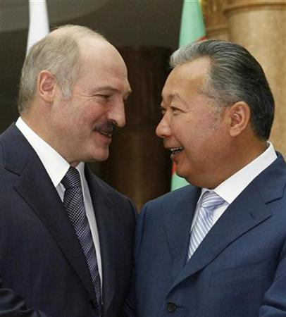 Belarus President Alexander Lukashenko (L) speaks with his Kyrgyz counterpart Kurmanbek Bakiyev at a summit of ex-Soviet leaders in Bishkek October 10, 2008 file photo. REUTERS/Vladimir Pirogov