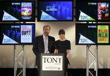 """<p>Los actores Jeff Daniels y Lea Michele durante el anuncio de nominados a los premios Tony en Nueva York, mayo 4 2010. """"Fela!"""", un nuevo musical que cuenta la historia del pionero nigeriano del afrobeat Fela Kuti y una nueva versión del musical """"La Cage aux Folles"""", lideran las nominaciones a los mayores premios en Broadway, los Tony, que fueron anunciados el martes. REUTERS/Brendan McDermid</p>"""