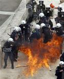 <p>Полиция отбегает от брошенного коктейля Молотова на мосту рядом с парламентом Греции в Афинах 5 мая 2010 года. Три человека погибли во время демонстраций в центре Афин, организованных противниками жестких бюджетных мер правительства, сообщили в среду греческие чиновники. REUTERS/Yiorgos Karahalis</p>