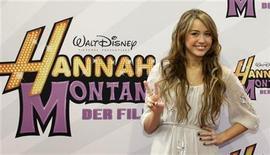 """<p>Imagen de archivo de la actriz estadounidense Miley Cyrus, en la premier de su película 'Hannah Montana', en Múnich. Abr 25 2009. La estrella adolescente Miley Cyrus ha dejado de lado cualquier parecido a su álter ego de Disney """"Hannah Montana"""" en un vídeo musical subido de tono para su nuevo sencillo """"Can't be Tamed"""", que muestra a la joven de 17 años bailando con un sostén negro. REUTERS/Michaela Rehle/ARCHIVO</p>"""