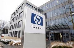 <p>Foto de archivo del logo de la compañía Hewlett-Packard en su sede de Diegem, Bélgica, ene 12 2010. La empresa tecnológica estadounidense Hewlett-Packard sacará al mercado una nueva línea de computadoras portátiles en el que podría ser su mayor lanzamiento con chips de Advanced Micro Devices. REUTERS/Thierry Roge</p>