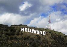 <p>Надпись Hollywood в Голливуде, штат Калифорния, 13 декабря 2009 года. Голливуд собирается заработать $4 миллиарда за четыре месяца самого прибыльного летнего сезона, который стартует уже в эту пятницу. REUTERS/Fred Prouser/Files</p>
