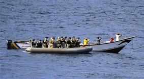 <p>Американские солдаты задерживают пиратов в Аденском заливе 15 октября 2009 года. Россия освободила пиратов, похитивших ее танкер в Аденском заливе, из-за отсутствия юридических оснований для предъявления им обвинений в Москве, сообщил в пятницу представитель Министерства обороны РФ. REUTERS/Scott Taylor/U.S. Navy/Handout</p>