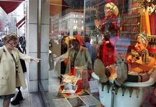 <p>Pedestrians look at a display window in Barneys that lampoons the British royal family in New York November 1, 2005. REUTERS/Seth Wenig</p>