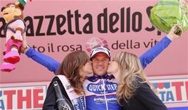 <p>10 maggio 2010, Wouter Weylandt festeggia la vittoria di tappa. REUTERS/Michael Kooren</p>