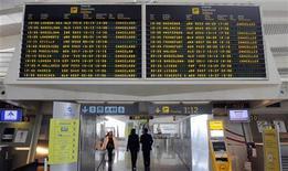 <p>Imagen de archivo que muestra una pantalla con todos los vuelos cancelados el fin de semana, en el aeropuerto Bilbao. Mayo 8 2010. Los aeropuertos del norte de España levantaron a primera hora de lunes las restricciones al tráfico aéreo a causa de la nube de cenizas del volcán islandés que afectó el domingo también a Portugal, Italia e incluso Alemania. REUTERS/Vincent West/ARCHIVO</p>