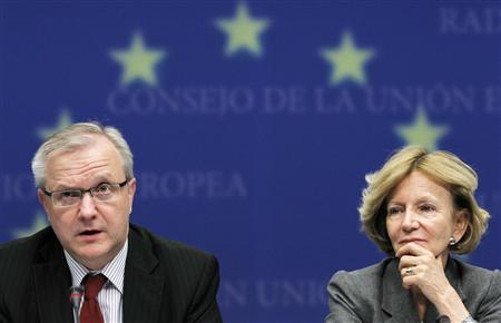 European Union Economic and Monetary Affairs Commissioner Olli Rehn (L) and Spain's Economy Minister Elena Salgado (R), whose country currently holds the rotating Presidency of EU, address a news conference at the end of a European finance ministers meeting at the EU Council in Brussels May 10, 2010. REUTERS/Thierry Roge