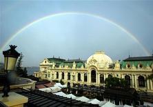 """<p>Радуга над знаменитым казино Monte Carlo в Монако 6 сентября 2002 года. В Монте-Карло находится всемирно известное казино-дворец Monte Carlo Casino, украшенное фресками и скульптурами. В этом городе вы можете отдохнуть под палящими лучами солнца на пляже Лавротто или получить дозу адреналина на этапе """"Гран-при"""" Формулы-1, который пройдет в мае. REUTERS/Eric Gaillard/Files</p>"""