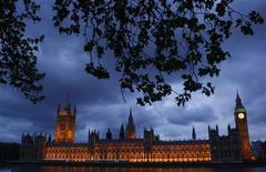 <p>Здание британского парламента в Лондоне 10 мая 2010 года. Консерваторы и лейбористы продолжат переговоры с либерал-демократами в попытке сформировать правительство Великобритании после выборов, в ходе которых ни одна из основных партий не набрала убедительного большинства голосов. REUTERS/Eddie Keogh</p>