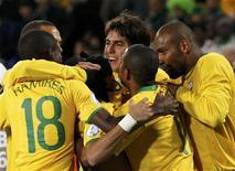 <p>Jogadores comemoram gol na Copa das Confederações, em 2009. Dunga não surpreendeu ao anunciar a lista de convocação para a Copa. REUTERS/Jerry Lampen</p>