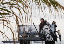 """<p>Работники устанавливают плакат фильма """"Робин Гуд"""", который откроет 63-й Каннский финофестиваль, Канны 11 мая 2010 года. Остросюжетный боевик """"Робин Гуд"""" Ридли Скотта по мотивам древней английской легенды откроет сегодня 63-й Каннский кинофестиваль. REUTERS/Yves Herman</p>"""