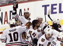 """<p>Игроки """"Чикаго"""" радуются победе над """"Ванкувером"""" в матче Кубка Стэнли 11 мая 2010 года. """"Чикаго"""" разгромил """"Ванкувер"""" 5-1 и вышел в полуфинал плей-офф Кубка Стэнли. REUTERS/Andy Clark</p>"""
