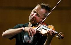 <p>Nigel Kennedy plays during a rehearsal in the northern Spanish town of Santander June 10, 2005. REUTERS/Victor Fraile</p>