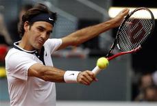 <p>O tenista suiço Roger Federer retorna jogada do alemão Benjamin Becker durante jogo do Masters de Madri. Federer iniciou nesta terça-feira a defesa de seu título com uma vitória por 6-2 e 7-6 sobre Becker, pela segunda rodada do torneio. 11/05/2010 REUTERS/Juan Medina</p>